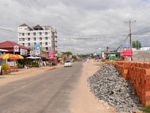 30 otresstrand sihanoukville Kambodja, hoofdstraat van december 2016 van klein dorps otres strand met een auto en bouwwerven E-D Royalty-vrije Stock Afbeeldingen