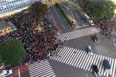 Otrolig folkmassa av folk i shibuyaområde under halloween beröm arkivbild