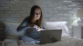 Otrygg flicka som tar många weightlosspiller, troar i internetannonsering stock video