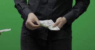 Otrzymywa płatniczego pojęcie Mężczyzna daje gotówkowemu pieniądze wystawia rachunek dolara zbiory