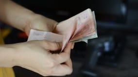 otrzymywa pieniądze od klienta i odliczającego pieniądze zdjęcie wideo
