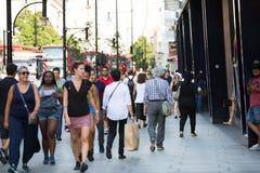 Ots van mensen die in de straat van Oxford, de belangrijkste bestemming lopen van Londoners voor het winkelen Royalty-vrije Stock Afbeeldingen