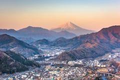 Otsuki, горизонт Японии с Mt fuji стоковые фото
