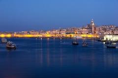 Ottagryning av Valletta den storslagna hamnen från Sliema royaltyfri fotografi
