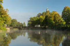 Ottan vid en flod med mist och höst färgade träd Royaltyfri Foto