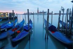 Ottasikt av Venedig med San Giorgio Maggiore Church i bakgrunden och gondolerna som parkerar i Grand Canal Royaltyfri Bild