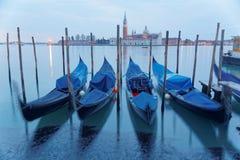 Ottasikt av Venedig med San Giorgio Maggiore Church i bakgrunden och gondolerna som parkerar i Grand Canal Royaltyfria Bilder
