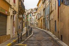 Ottasikt på gatan i gammal stad av Arles, Frankrike Arkivfoton