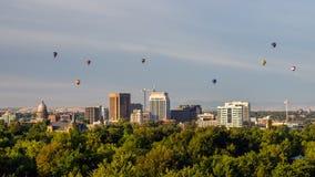 Ottasolljus på Boise Skylines med varm luft Balloo Arkivfoton