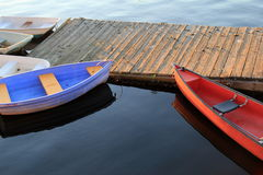 Ottasolsken med fartyg på pir Royaltyfri Foto