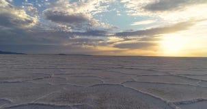 Ottasoluppgång över ett salt lagt land som solen reflekterar arkivfilmer