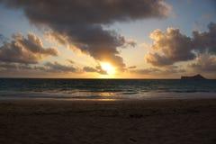 Ottasoluppgång på den Waimanalo stranden över havet som brister thr Royaltyfria Bilder