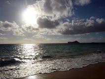 Ottasoluppgång på den Waimanalo stranden Royaltyfria Foton