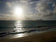 Ottasoluppgång på den Waimanalo stranden Arkivbild