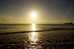 Ottasoluppgång på den Waimanalo stranden Arkivfoton