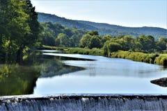 Ottauquechee flod och fördämning, Quechee by, stad av Hartford, Windsor County, Vermont, Förenta staterna arkivfoto