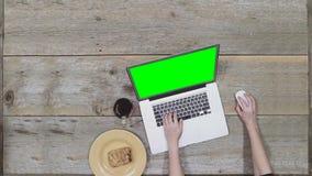 Ottawa, Canada - Februari 2, 2018: Een vrouw die aan Apple-laptop, MacBook Pro werken, opent laptop stock footage