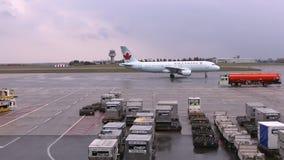 Ottawa, ENCENDIDO, Canadá - 15 de octubre de 2017: Air Canada Boeing 767 que grava a una puerta en el aeropuerto internacional de almacen de video