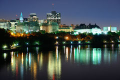 Ottawa nachts Lizenzfreie Stockfotos
