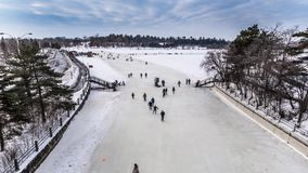 OTTAWA, ONTARIO/KANADA - 20. JANUAR 2018: LEUTE, DIE AUF RIDEAU-KANAL EISLAUFEN stock video footage