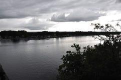Ottawa, 26th Czerwiec: Ciemny Ottawa brzeg rzeki krajobraz od Gatineau w Ontario prowinci Fotografia Royalty Free