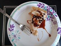 Ottenendo alto, mangiando torta fotografia stock libera da diritti