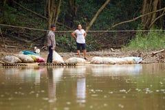 Ottenendo attraverso il fiume con la zattera Fotografia Stock