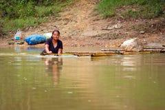 Ottenendo attraverso il fiume con la zattera in Tailandia Fotografia Stock