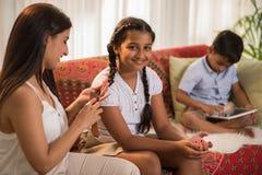 Ottenendo i bambini pronti per la scuola Immagini Stock Libere da Diritti