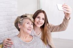 Ottenendo il membro della famiglia più anziano online Fotografia Stock Libera da Diritti