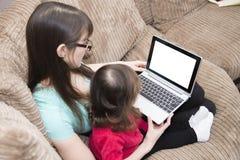 Ottenendo la famiglia online immagini stock libere da diritti