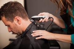 Ottenendo taglio di capelli ad un salone fotografia stock