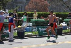 Ottenere acqua sulla maratona Immagine Stock Libera da Diritti