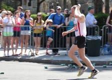 Ottenere acqua sulla maratona Fotografia Stock Libera da Diritti