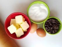 Ottenere pronto da cuocere - vista direttamente sopra gli ingredienti bollenti con il matterello nell'angolo immagine stock libera da diritti