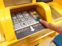 Ottenere Thais Baht banconote Automatisch Stock Foto's