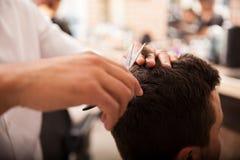 Ottenere un taglio di capelli fotografie stock
