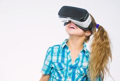 Ottenga l'esperienza virtuale Il bambino sveglio della ragazza con la testa ha montato l'esposizione su fondo bianco Concetto di  fotografia stock libera da diritti