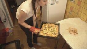 Ottenga la madre e la figlia dalla pizza pronta per il forno stock footage