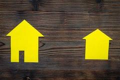 Ottenga un'ipoteca Alloggi la siluetta sul copyspace di legno scuro di vista superiore del fondo Fotografia Stock