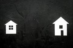 Ottenga un'ipoteca Alloggi la siluetta sul copyspace nero di vista superiore del fondo Fotografia Stock