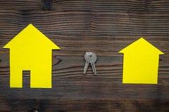 Ottenga un'ipoteca Alloggi la siluetta vicino alle chiavi dell'appartamento sul copyspace di legno scuro di vista superiore del f Fotografie Stock Libere da Diritti