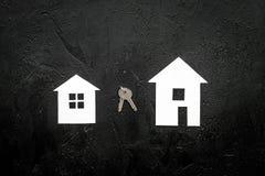Ottenga un'ipoteca Alloggi la siluetta vicino alle chiavi dell'appartamento sul copyspace nero di vista superiore del fondo Immagini Stock