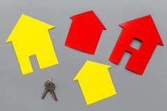 Ottenga un'ipoteca Alloggi la siluetta vicino alle chiavi dell'appartamento sulla vista superiore del fondo grigio Fotografia Stock Libera da Diritti