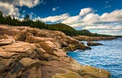 Otter-Klippen und der Atlantik im Acadia-Nationalpark, MAI Stockbilder