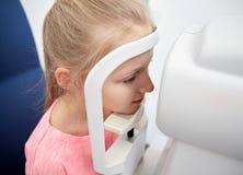 Ottico con il tonometer e paziente alla clinica di occhio Immagini Stock Libere da Diritti