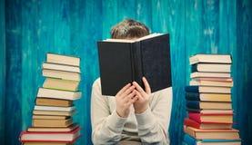 Otto anni del bambino che legge un libro Fotografia Stock Libera da Diritti