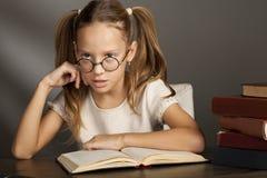 Otto anni della ragazza con i libri N Immagine Stock Libera da Diritti