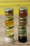 Otto barattoli di miele dei sapori dei differents Fotografia Stock Libera da Diritti
