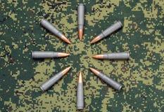 Otto cartucce sulle pallottole del fondo del cammuffamento orientate dentro Fotografia Stock Libera da Diritti